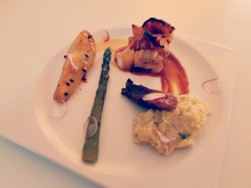 Cabillaud miso yuzu, poire rôtie, asperge sautée au beurre, endive braisée et purée de  panais par le chef Anthony KHALIFA