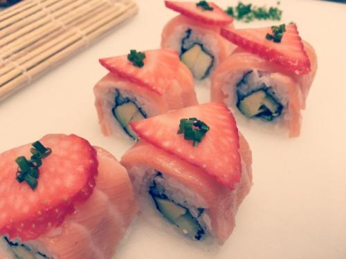 Sushi signature du chef Anthony KHALIFA, salmon roll à la fraise et piment d'espelette