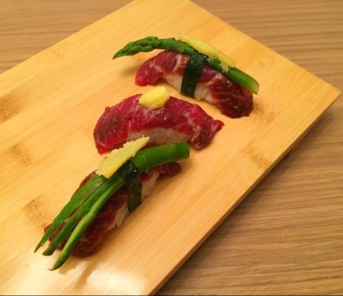 Nigiri sushi de boeuf black angus mariné, asperge et beurre yuzu par le chef Anthony KHALIFA