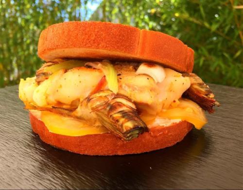 Hamburger toasté de cabillaud mariné, artichauts et oignon nouveau par le chef Anthony KHALIFA