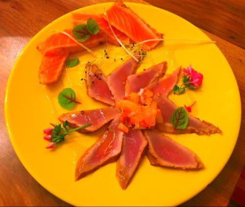 Duo de tiradito thon et saumon selon la méthode Nikkei par le chef Anthony KHALIFA