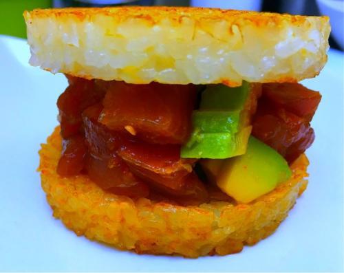 Sushi burger de thon mariné, avocat et foie gras par le chef Anthony KHALIFA